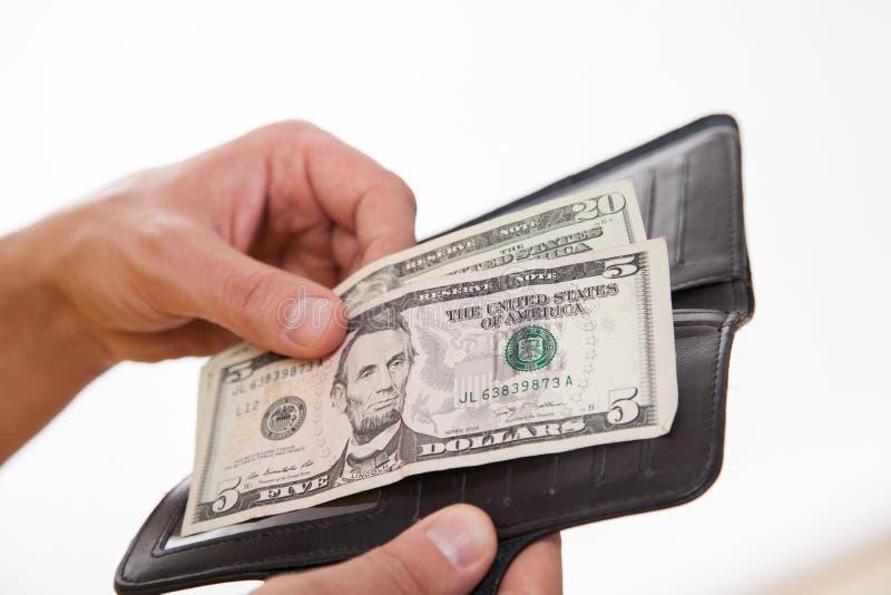 Man som rymmer en svarta handväska och pengar, vit bakgrund royaltyfria foton