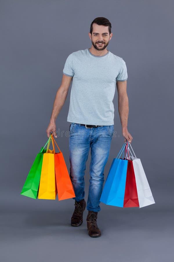 Man som rymmer färgglade shoppingpåsar fotografering för bildbyråer