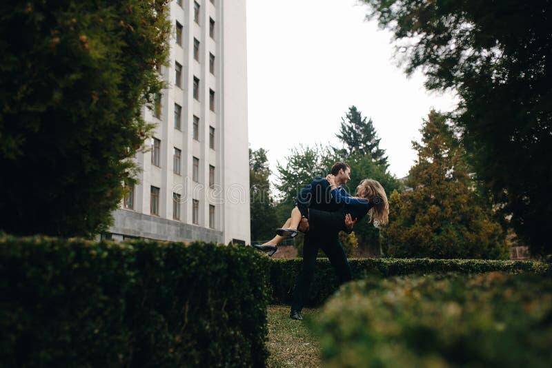 Man som rymmer hans flickvän på händer arkivbilder