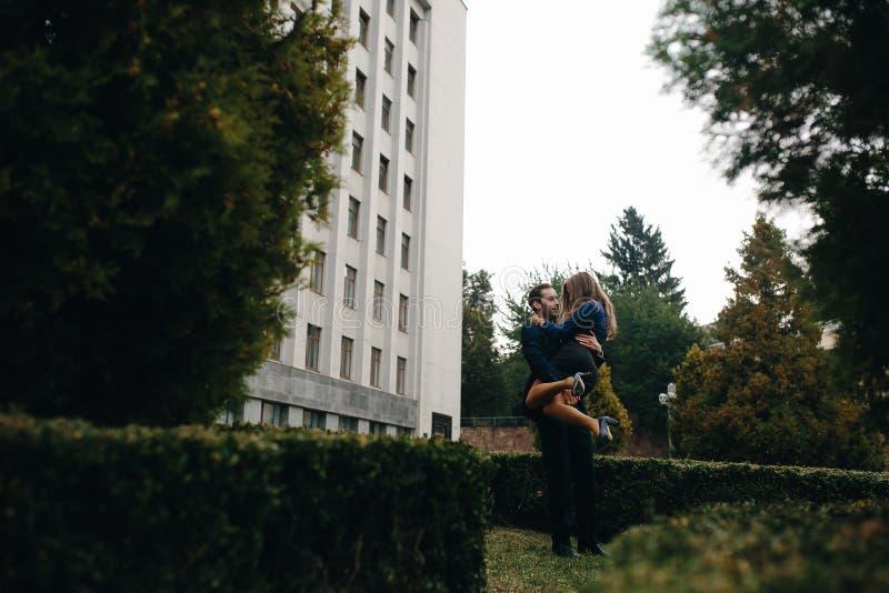 Man som rymmer hans flickvän på händer royaltyfri foto
