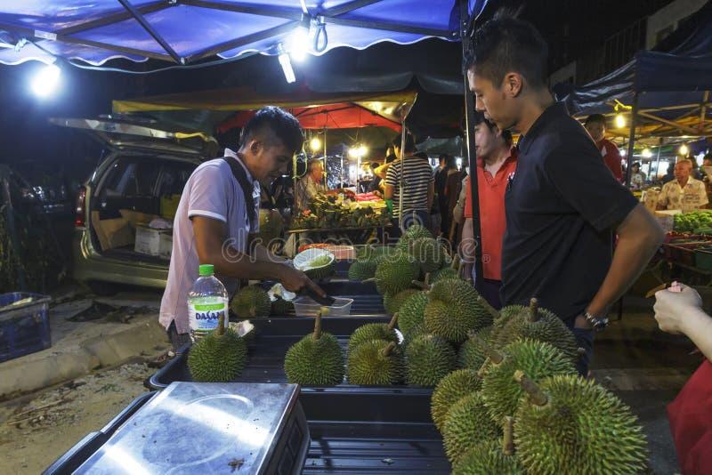 Man som säljer duranfrukt på PJ Pasar Malam arkivbild