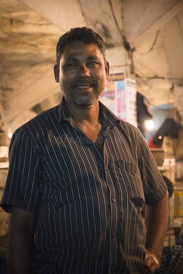 Man som säljer fisken i Srimangal, Bangladesh arkivfoto