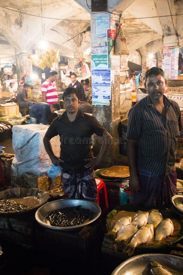 Man som säljer fisken i Srimangal, Bangladesh arkivbild