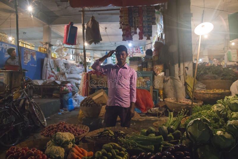 Man som säljer grönsaker i Srimangal, Bangladesh royaltyfri fotografi