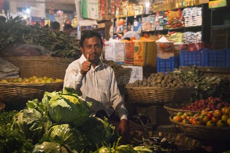 Man som säljer grönsaker i Srimangal, Bangladesh royaltyfri foto