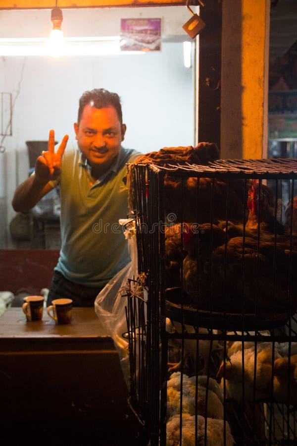 Man som säljer höna i Srimangal, Bangladesh royaltyfri foto