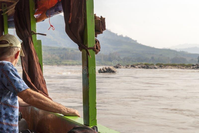 Man som ser ?ver Mekong River fr?n fartyget arkivfoto