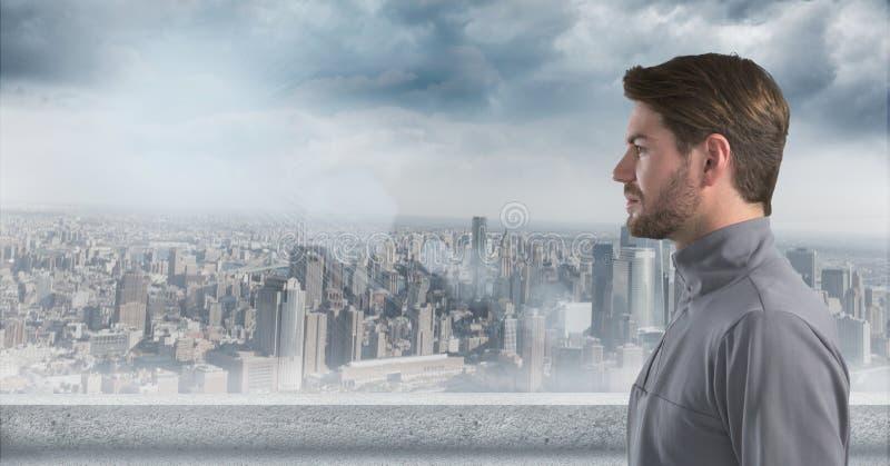 Man som ser lämnad med horisont i bakgrund royaltyfri foto