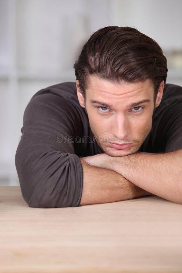 Man som ser mycket uttråkad fotografering för bildbyråer