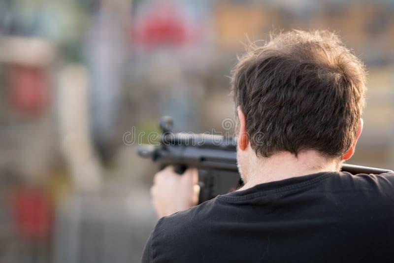 Man som siktar med ett gevär royaltyfria foton