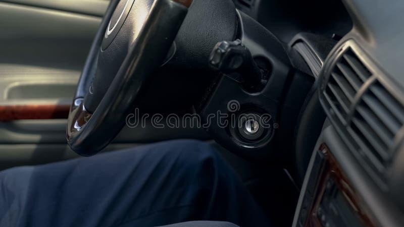 Man som sitter inom den moderna bilen, överföringsstyrninghjulet och instrumentbrädacloseupen arkivfoton