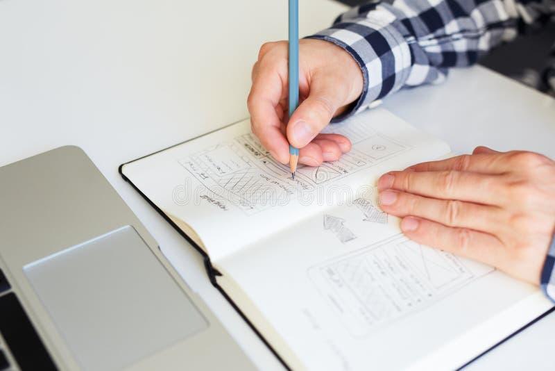 Man som skissar den grafiska designen för website royaltyfria foton