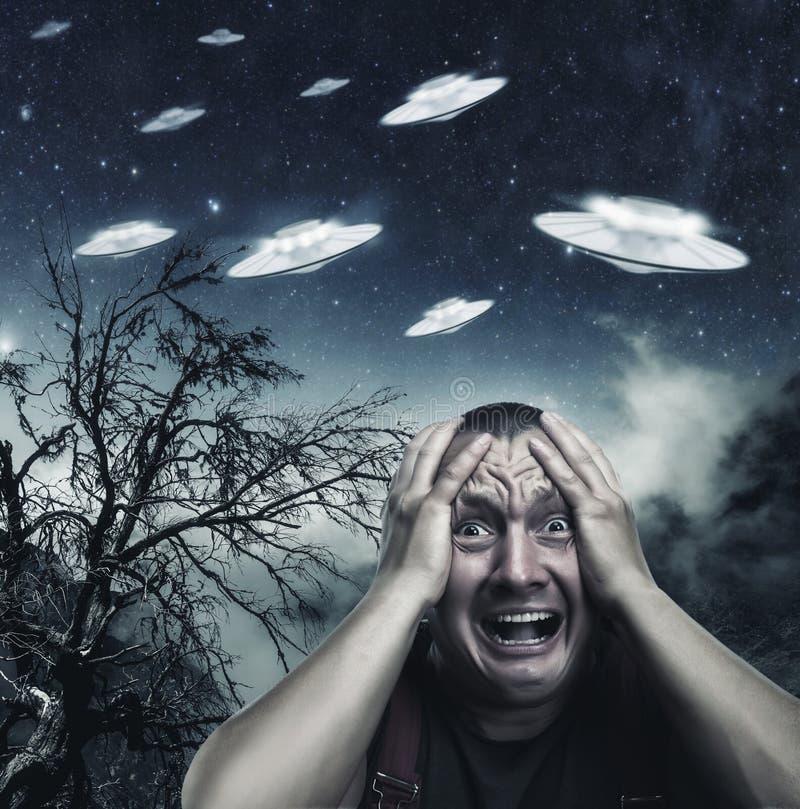 Man som skrämmas av ufo royaltyfri foto
