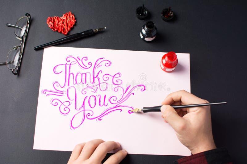 Man som skriver en tacka dig för att notera royaltyfria foton