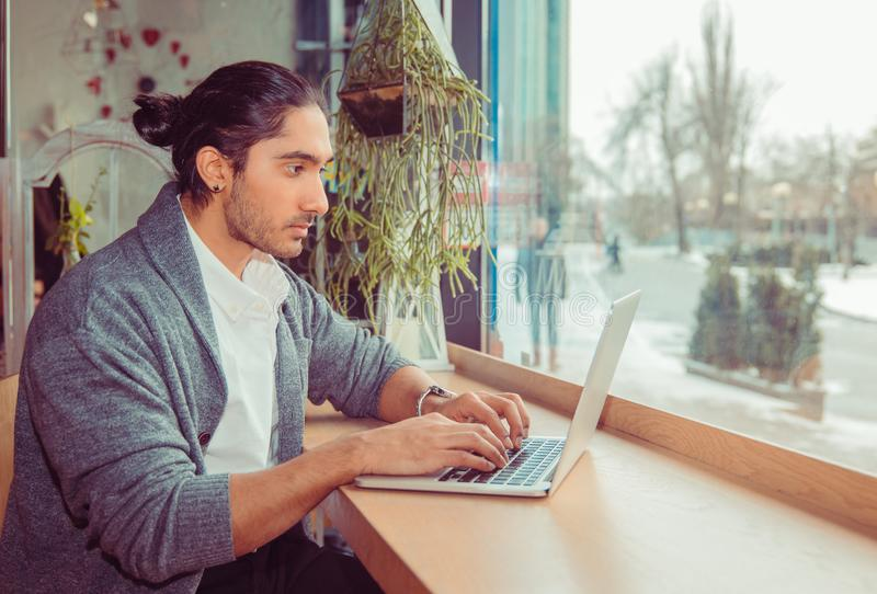 Man som skriver på bärbara datorn arkivbilder