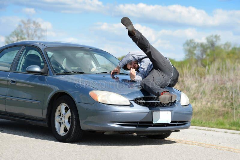 Man som slås av bilen fotografering för bildbyråer