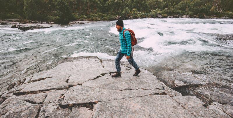 Man som solo fotvandrar aktiv sund livsstil för resande fotvandrare royaltyfri fotografi