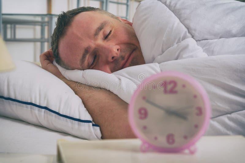 Man som sover fridfullt på hans hem royaltyfri foto