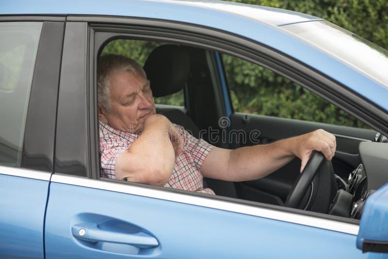 Man som sover i hans bil arkivbilder