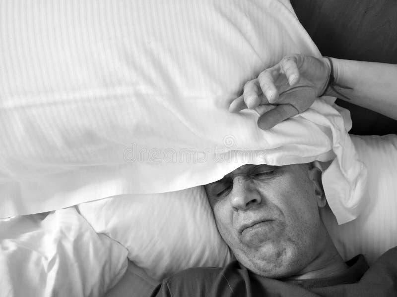 Man som sover med uppriven blick arkivfoto