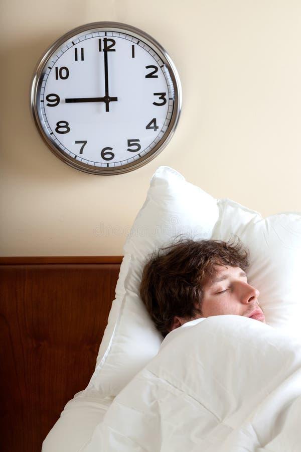 Man som sover på morgonen royaltyfria bilder