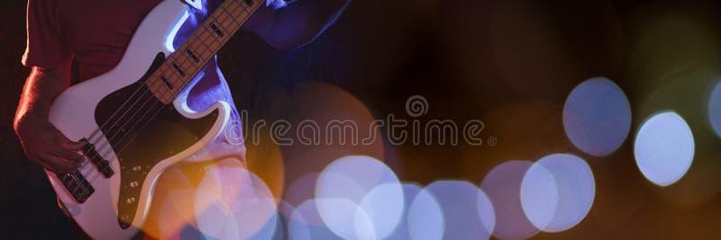 Man som spelar den elektriska gitarren med blåa ljus royaltyfria foton