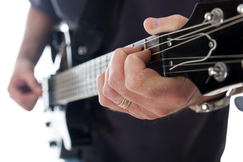 Man som spelar gitarren royaltyfria foton