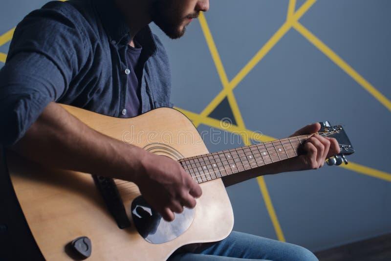 Man som spelar gitarren, närbild arkivfoton