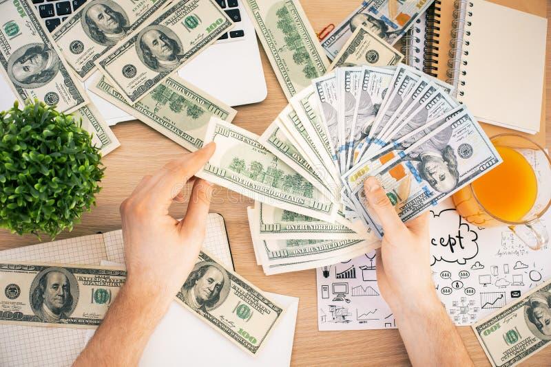 Man som spelar med dollarsedlar arkivbild