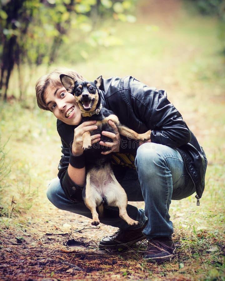 Man som spelar med hunden royaltyfri foto