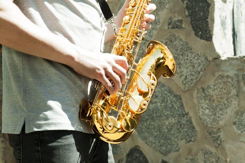 Man som spelar på saxofonen royaltyfri bild