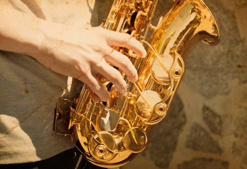 Man som spelar på saxofonen royaltyfria foton
