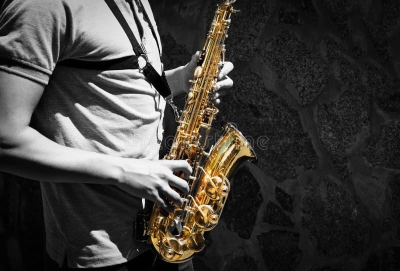 Man som spelar på saxofonen royaltyfri foto