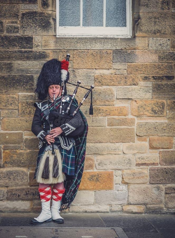 Man som spelar säckpipa i Edinburg royaltyfria bilder