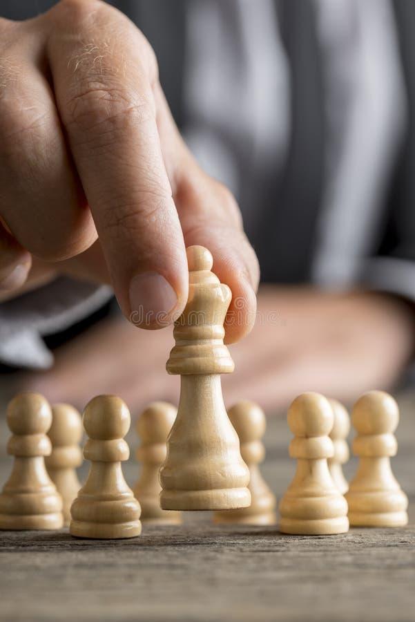 Man som spelar schack som flyttar drottningstycket arkivbild