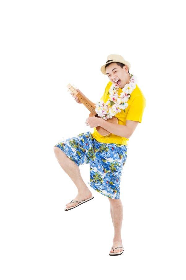 Man som spelar ukulelet och att sjunga royaltyfria bilder
