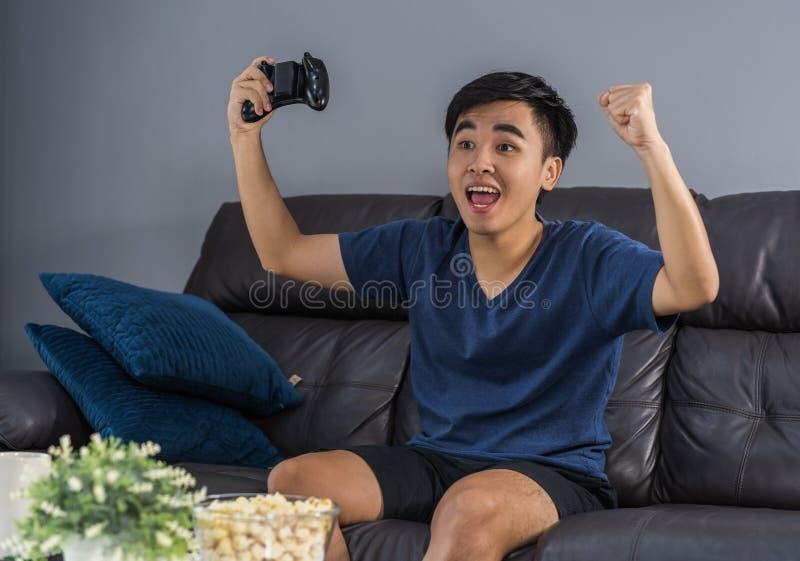 Man som spelar videospel och segrar royaltyfri fotografi