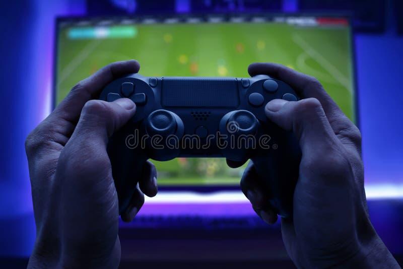 Man som spelar videospelet på natten royaltyfria foton