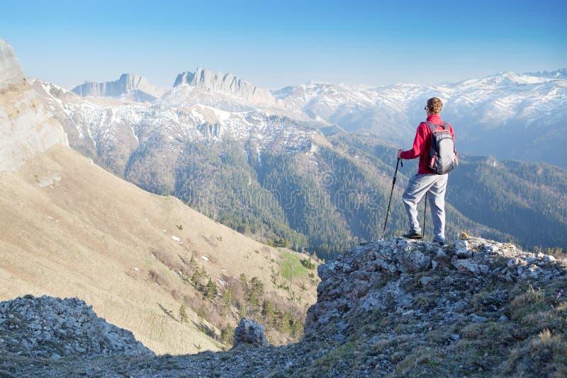 Man som stirrar på bergen arkivfoton
