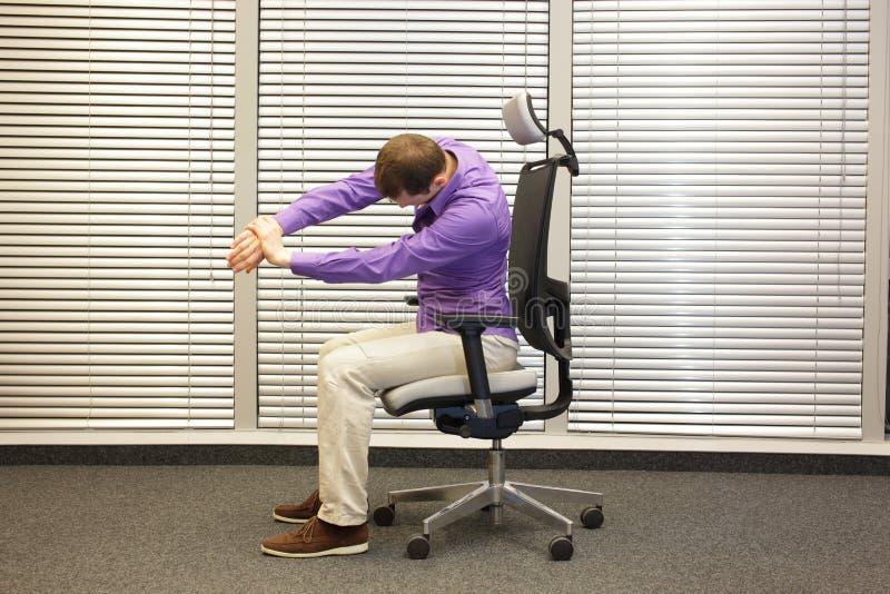 Man som sträcker armar som övar på stol arkivfoton