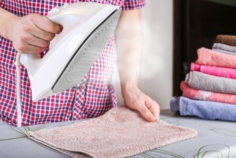 Man som stryker kläder med ångafunktion Ånga i järnet royaltyfri foto