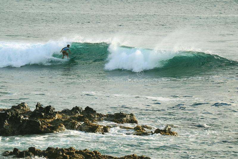 Man som surfar på avbrottsvågorna i Stilla havet på Hanga Roa, påskö, Chile, Sydamerika arkivfoto