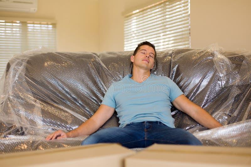 Man som ta sig en tupplur på soffan royaltyfri bild