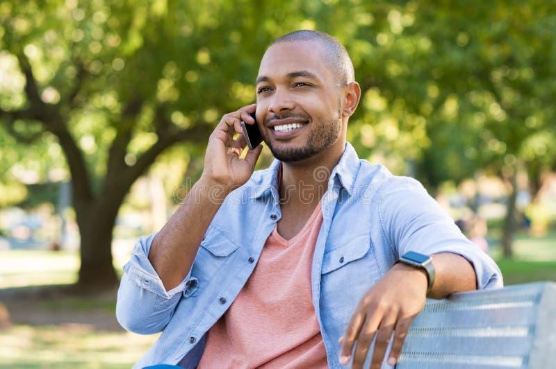 Man som talar över telefonen royaltyfria bilder
