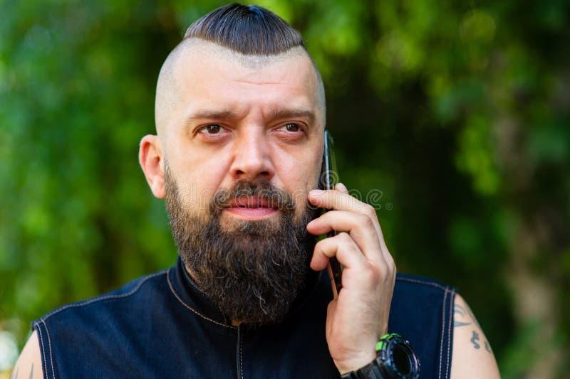 Man som talar på mobiltelefonen över grön bakgrund royaltyfria foton