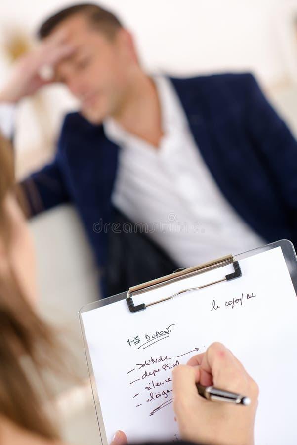 Man som talar till terapeuten royaltyfri foto