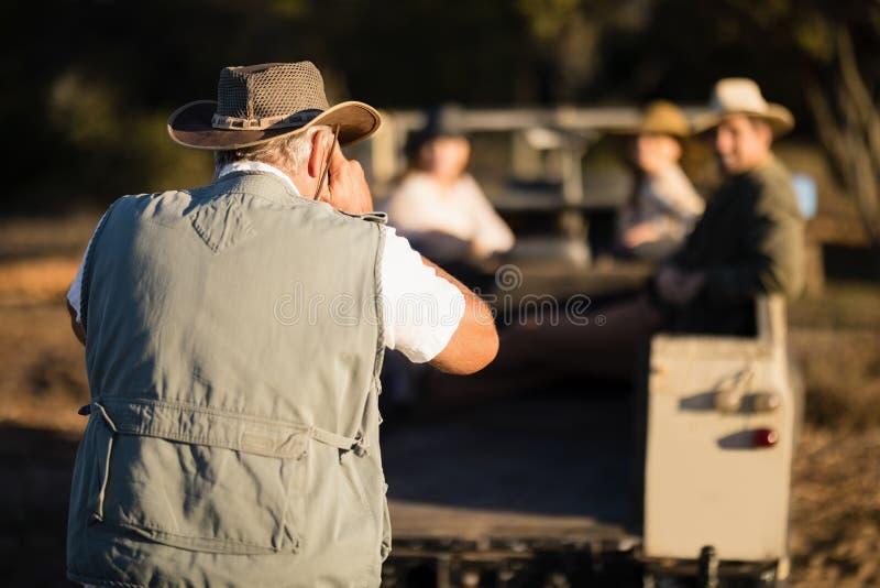 Man som tar en bild av hans vänner under safarisemester arkivfoton