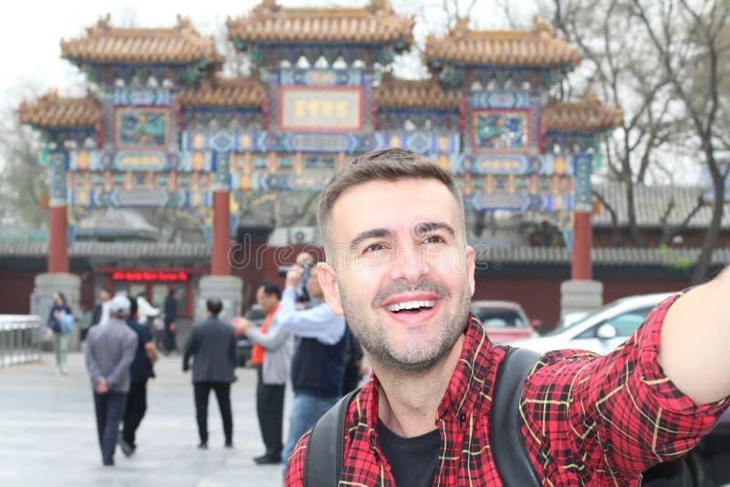 Man som tar en selfie i Peking royaltyfri fotografi