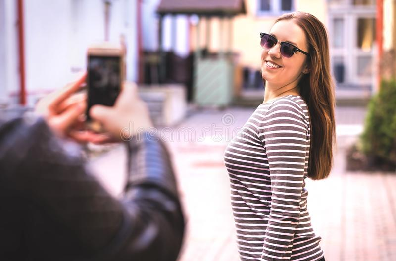 Man som tar fotoet av hans kvinnliga vän arkivbilder