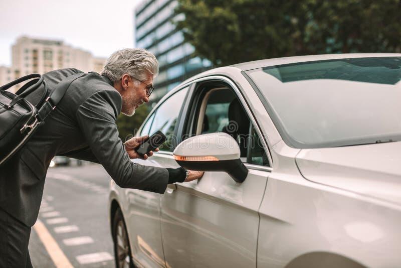Man som tar taxin för att resa arkivbild